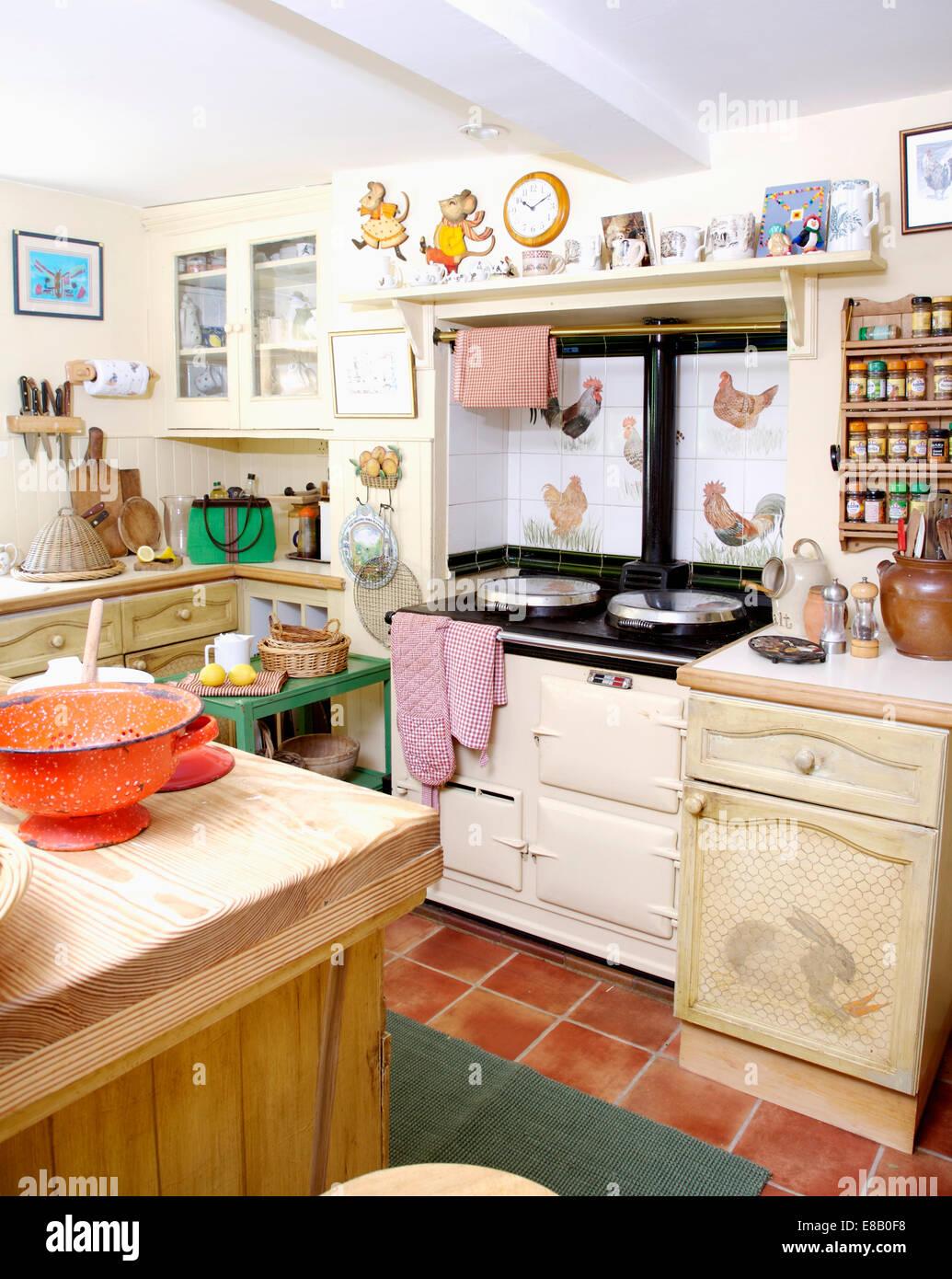 White Aga Ofen Und Terracotta Gefliesten Boden Im Cottage
