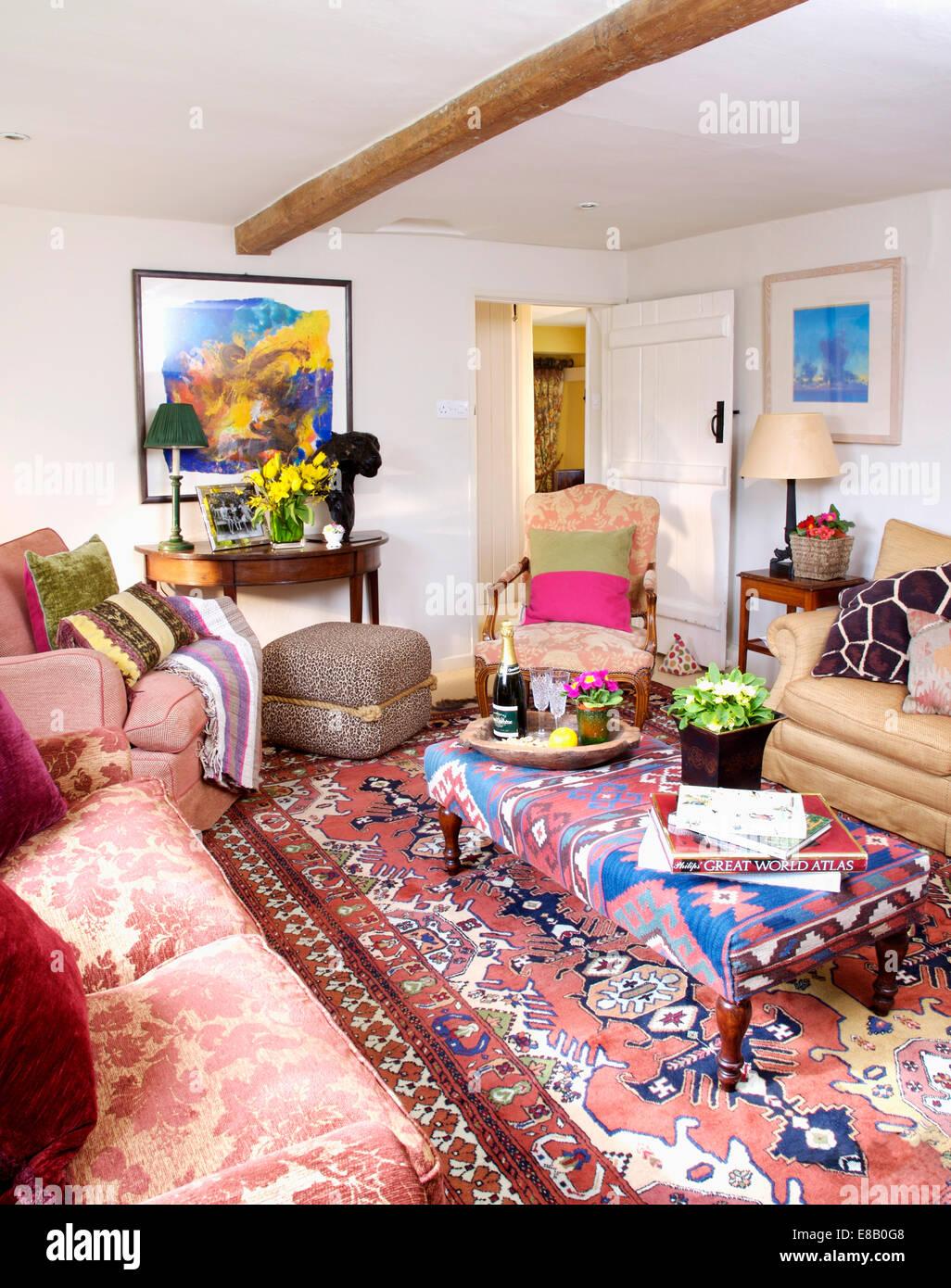 Rosa Sofa Und Kelim Gemusterten Gepolsterten Hocker In Bunten Land  Wohnzimmer Mit Gemusterten Orientalischen Stil Teppich