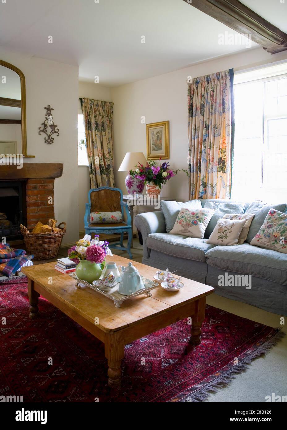 blaues sofa vor fenster mit floral gardinen im land. Black Bedroom Furniture Sets. Home Design Ideas