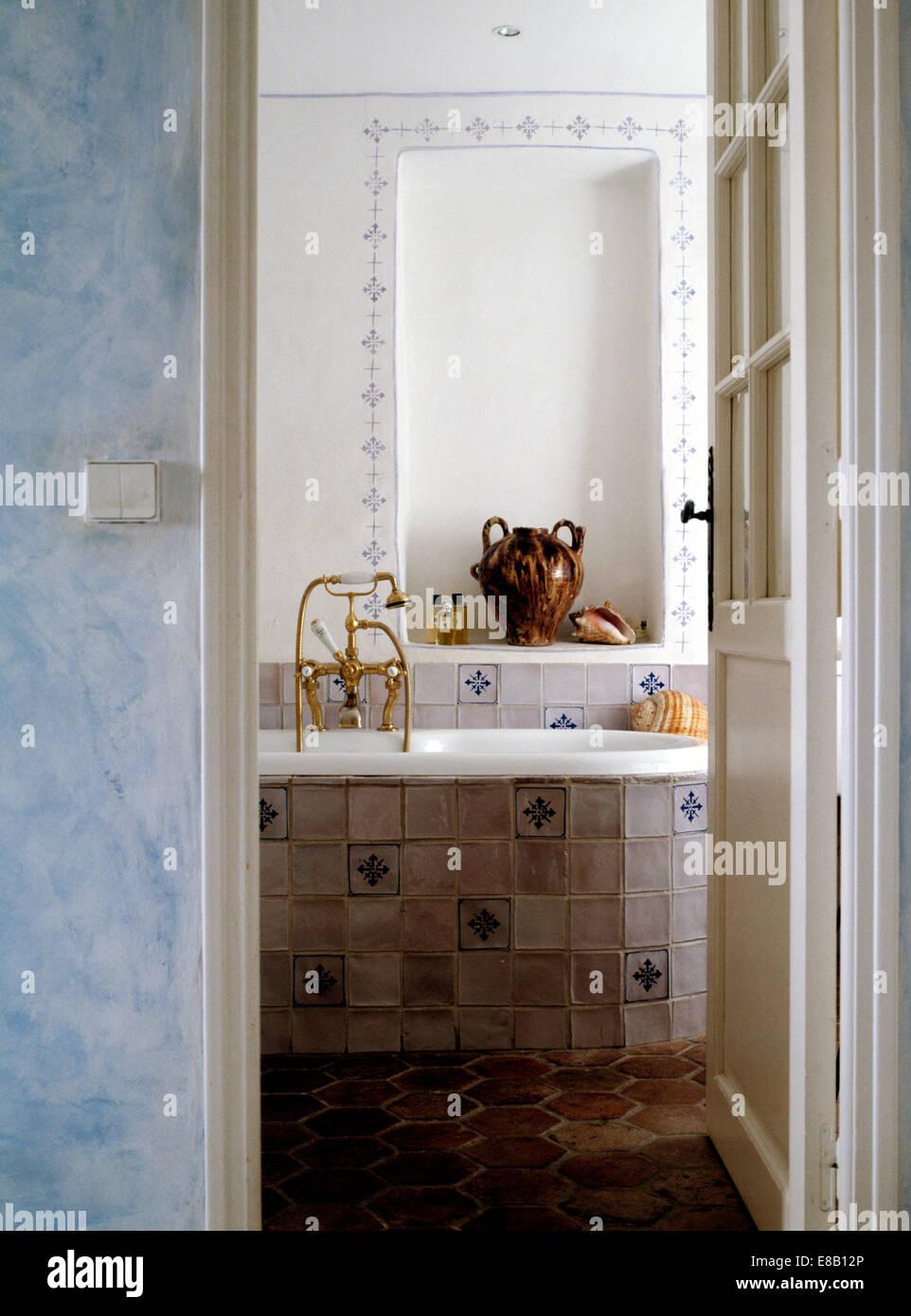 Exceptionnel Tür öffnen, Alkoven über Bad Mit Blau + Weiß Gefliesten Verkleidung In  Französischer Landhaus Badezimmer