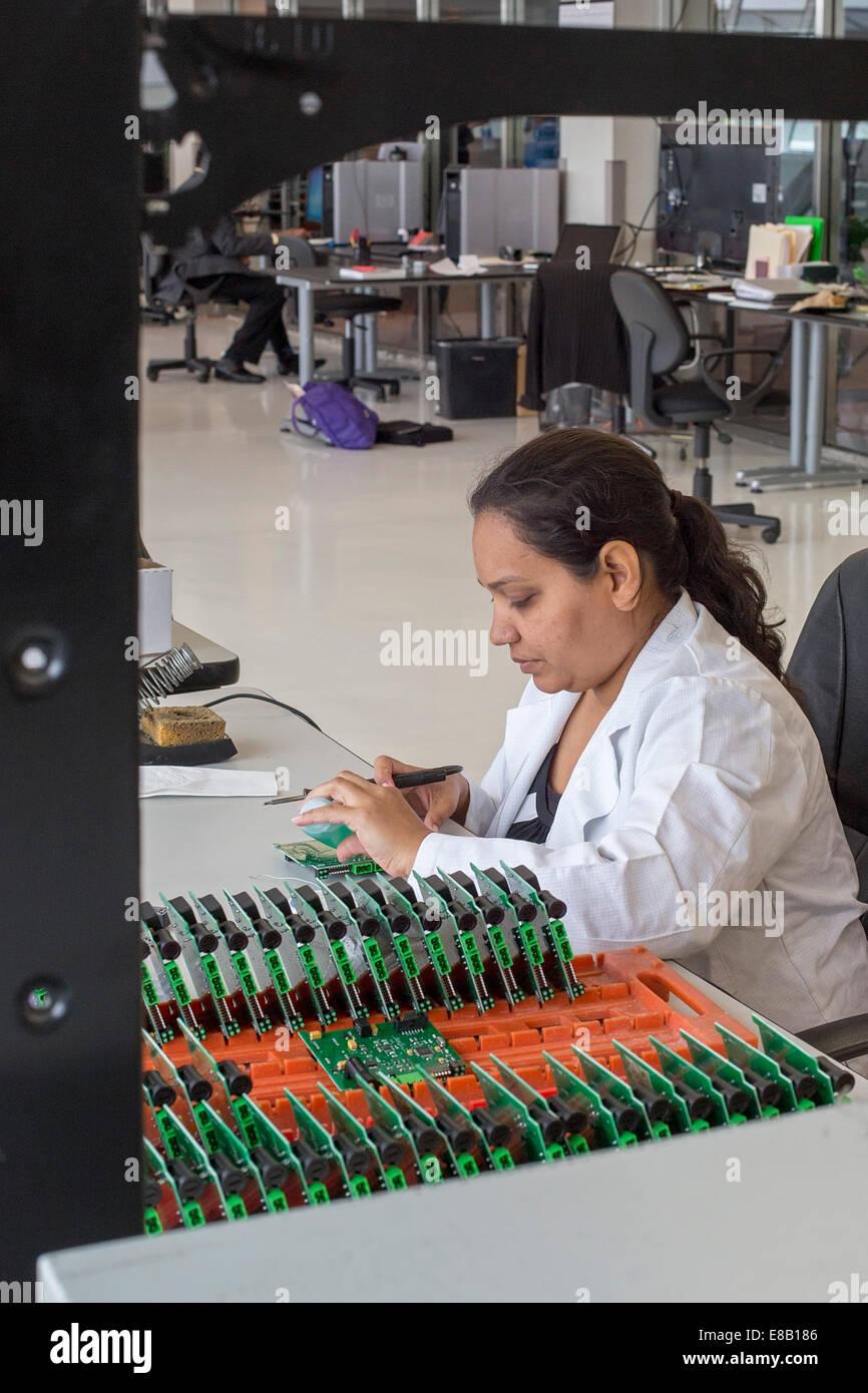 Detroit, Michigan - ein Arbeiter für A123 Systems baut Platine für unbemannte Flugzeuge (Drohnen). Stockbild