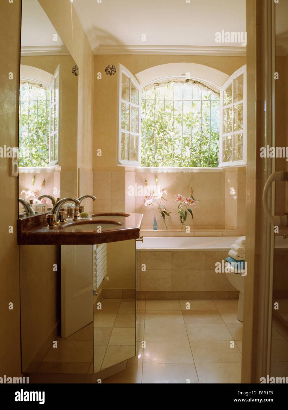 ge ffneten fenster oben bad in franz sischer landhaus badezimmer mit waschbecken im gespiegelten. Black Bedroom Furniture Sets. Home Design Ideas
