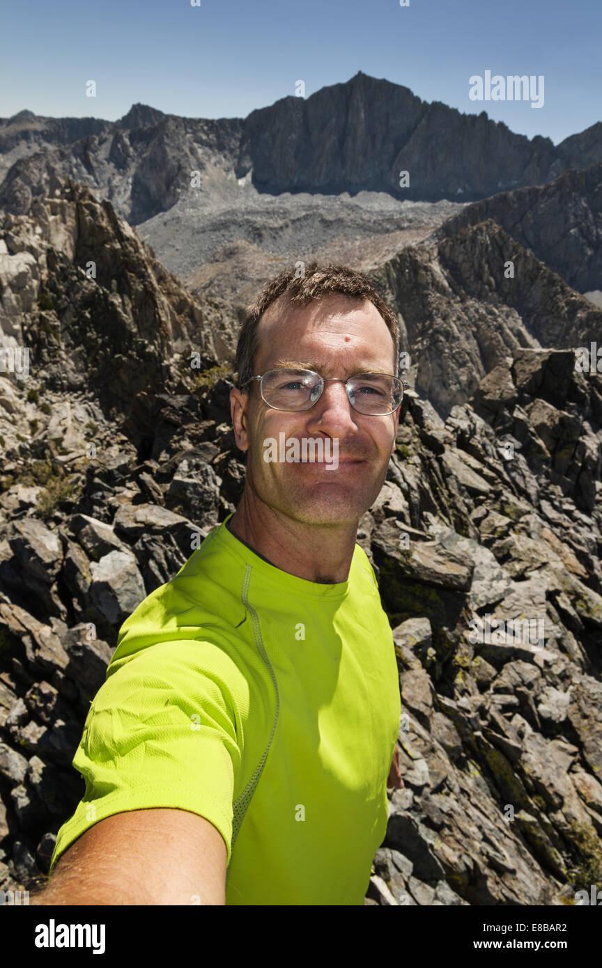 ein Mann in einer Sierra Nevada Mountain Top selfie Stockbild