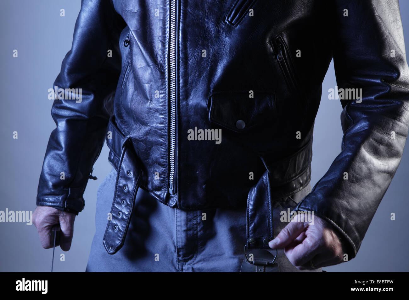 Männliche Gewalt droht, mit Fäusten und Messer Torso gezeigt Stockbild