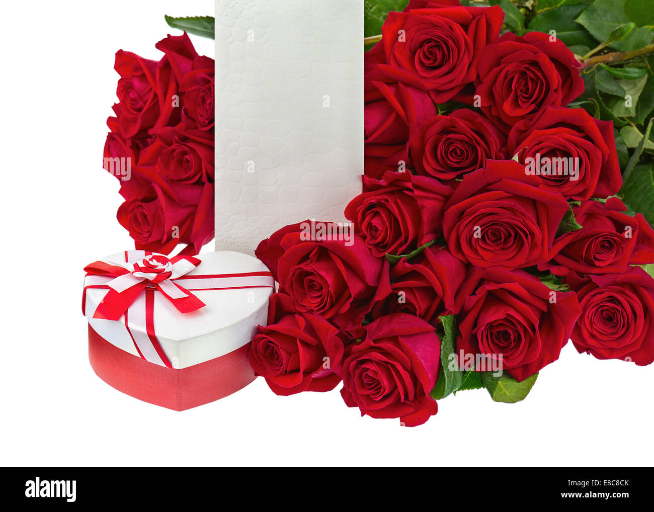 geschenk box in form des herzens und der strau aus rosen blumen isolated on white background. Black Bedroom Furniture Sets. Home Design Ideas