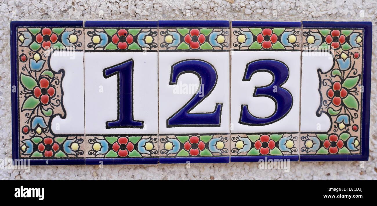 Hausnummer spanischen Stil bestehend aus Keramik Fliesen