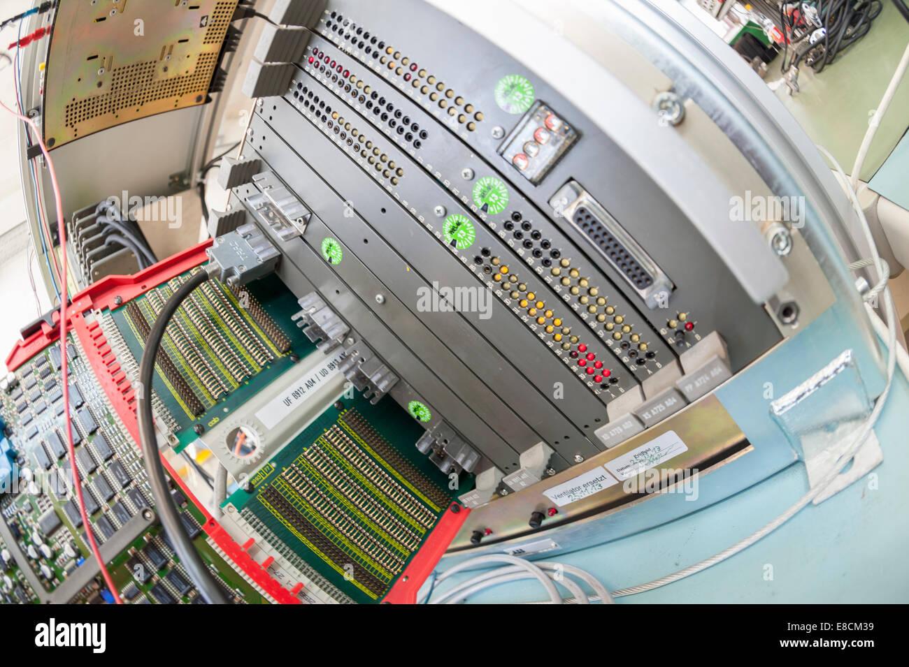 Eine Mutter Bord / Mikroprozessor-Platine ist einlegen in ein Computer-Test-Rack für die Qualitätssicherung Stockbild