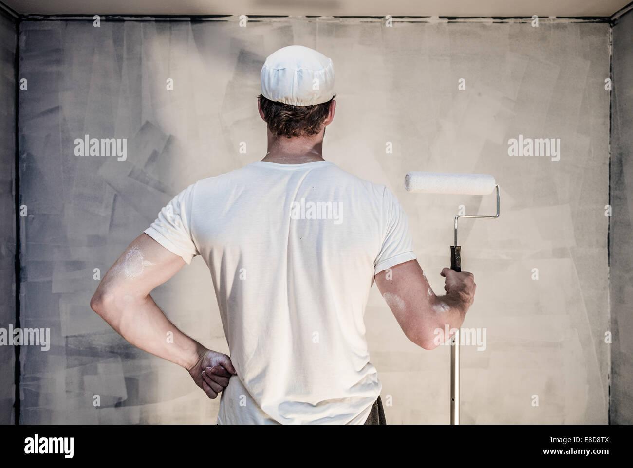 Stolze Männer auf der Suche an die Wand gemalt - Grundierung erfolgt Stockbild