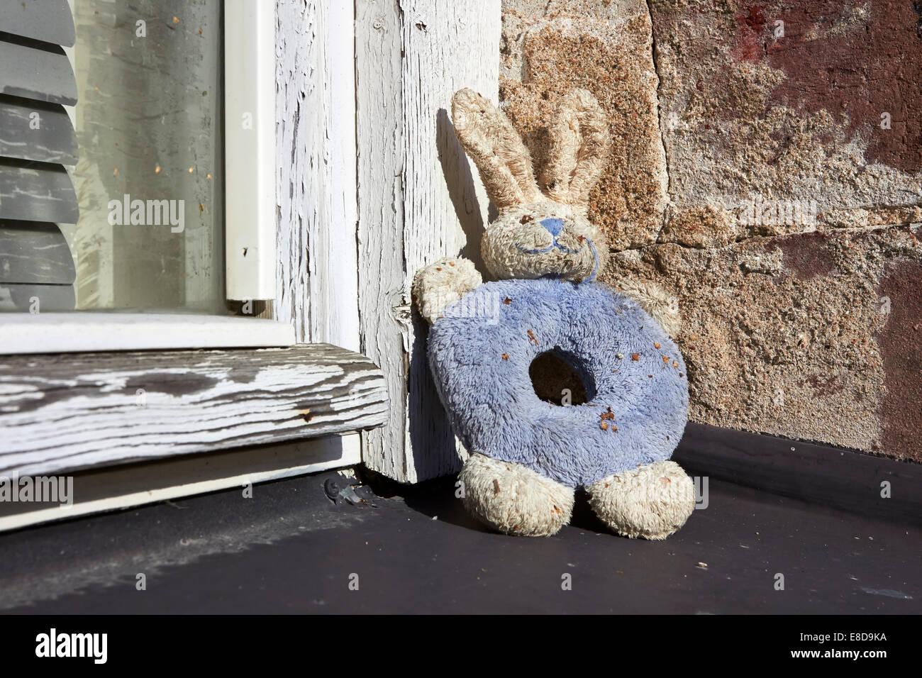 Ruht auf der Fensterbank im freien Spielzeug verloren Stockbild