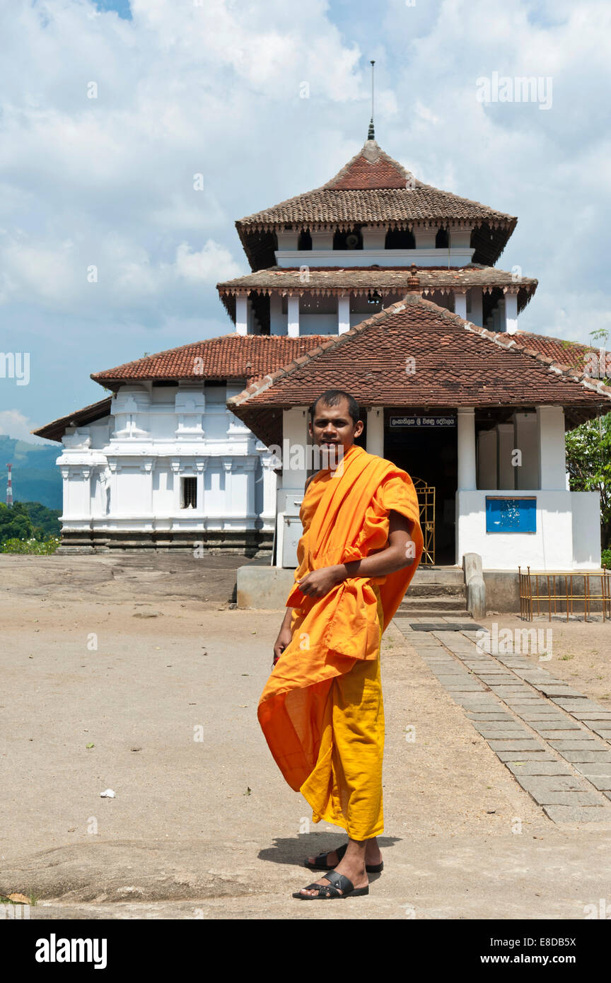 Buddhistischer Mönch mit einer orangefarbenen Robe, historischen Tempel, Pilimathalawa, Central Province, Sri Stockbild