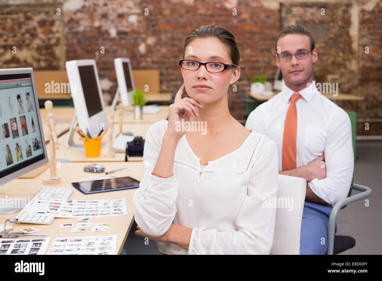 Portrait von Foto-Editoren im Büro Stockbild
