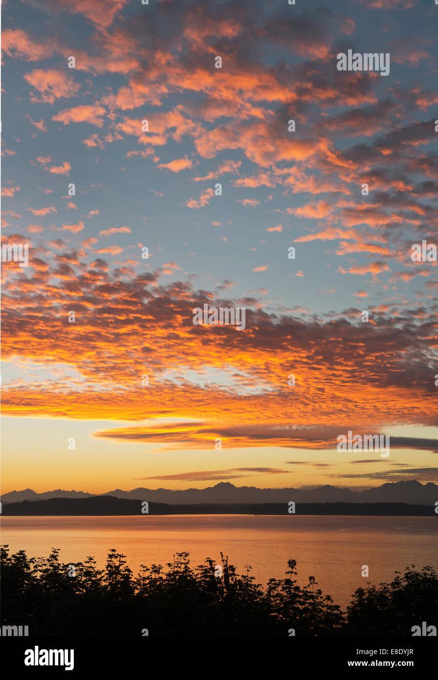 Dramatischen Sonnenuntergang über Puget Sound und die Olympic Mountains, Seattle, Washington, Oktober 2014 Stockfoto
