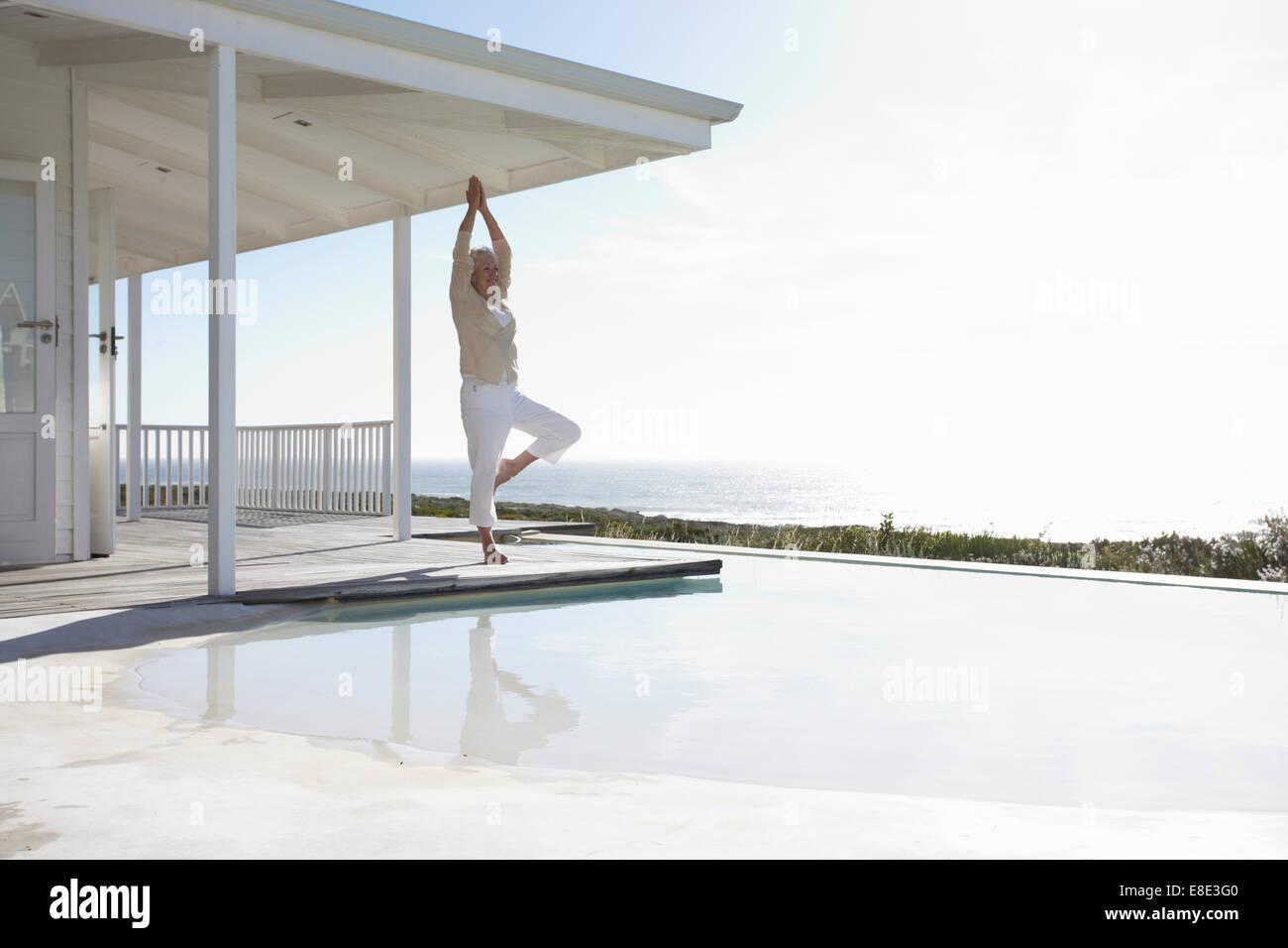 Reife Frau beim yoga Stockfoto