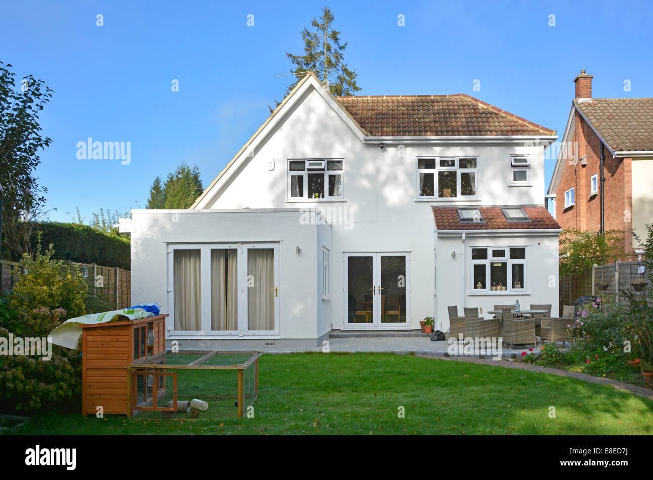 Abgeschlossene 2-stöckiges Einfamilienhaus seitliche Verlängerung Dach Werke & Terrasse von hinten Stockbild