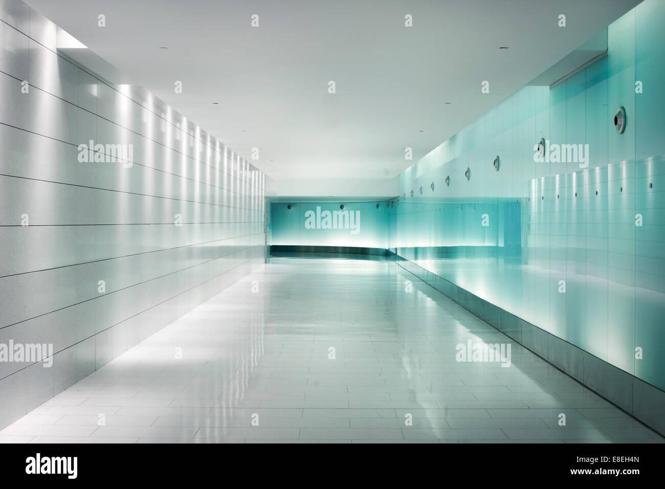 Rücken-beleuchteten weißen Glaswände in einer u-Bahnstation Korridor ...