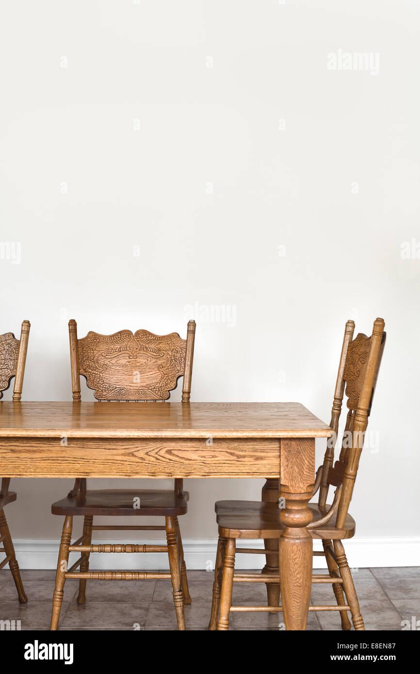 Aus Holz Esszimmer Tisch Und Stuhl Details Und Leere Wand Für Text, Bild  Oder Logo.
