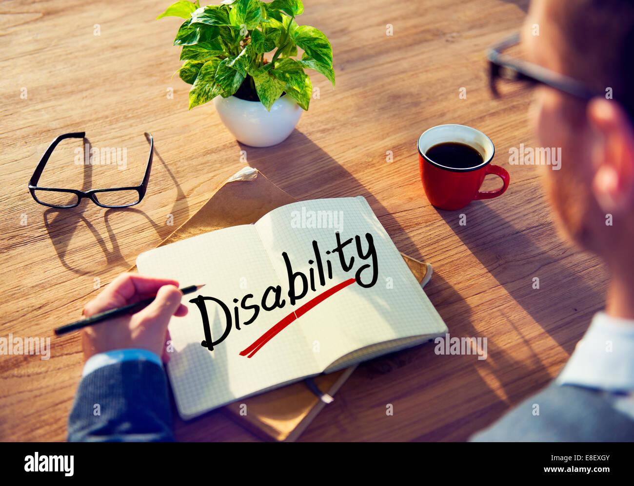 Ein Mann Brainstorming über Behinderung Stockbild
