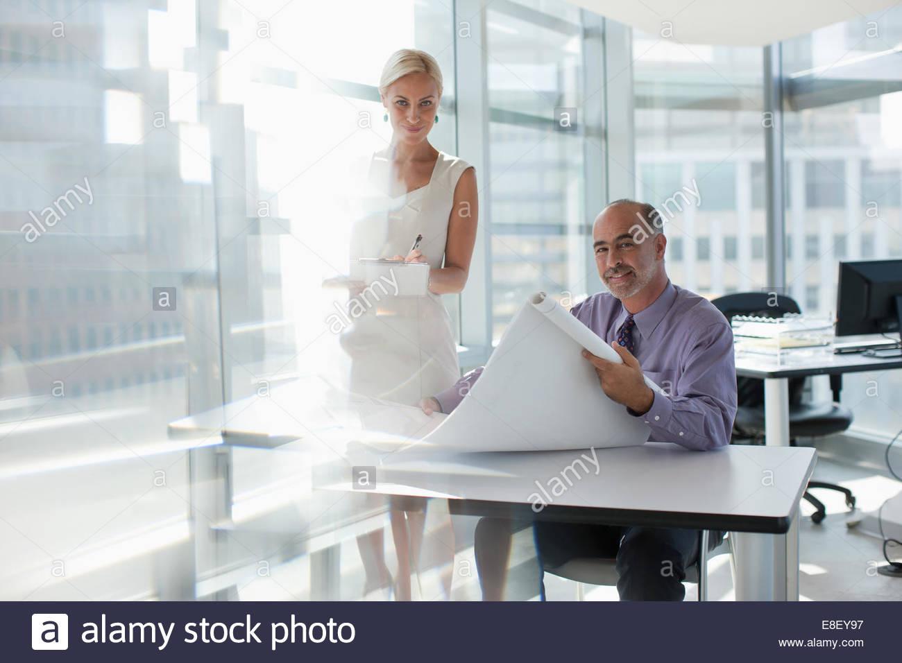 Geschäftsleute, die gemeinsam im Büro Stockfoto