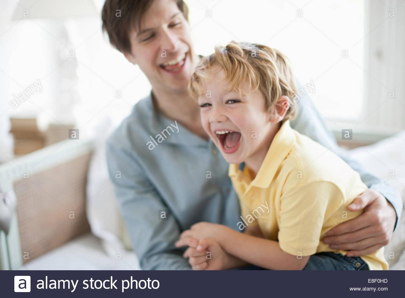 Vater und Sohn, lachen Stockbild