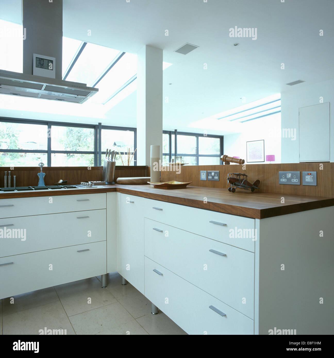 Große Abzugshaube über Dem Kochfeld In Ausgestattete Einheit Mit Dunklem  Holz Arbeitsplatte In Modernen Städtischen Küche