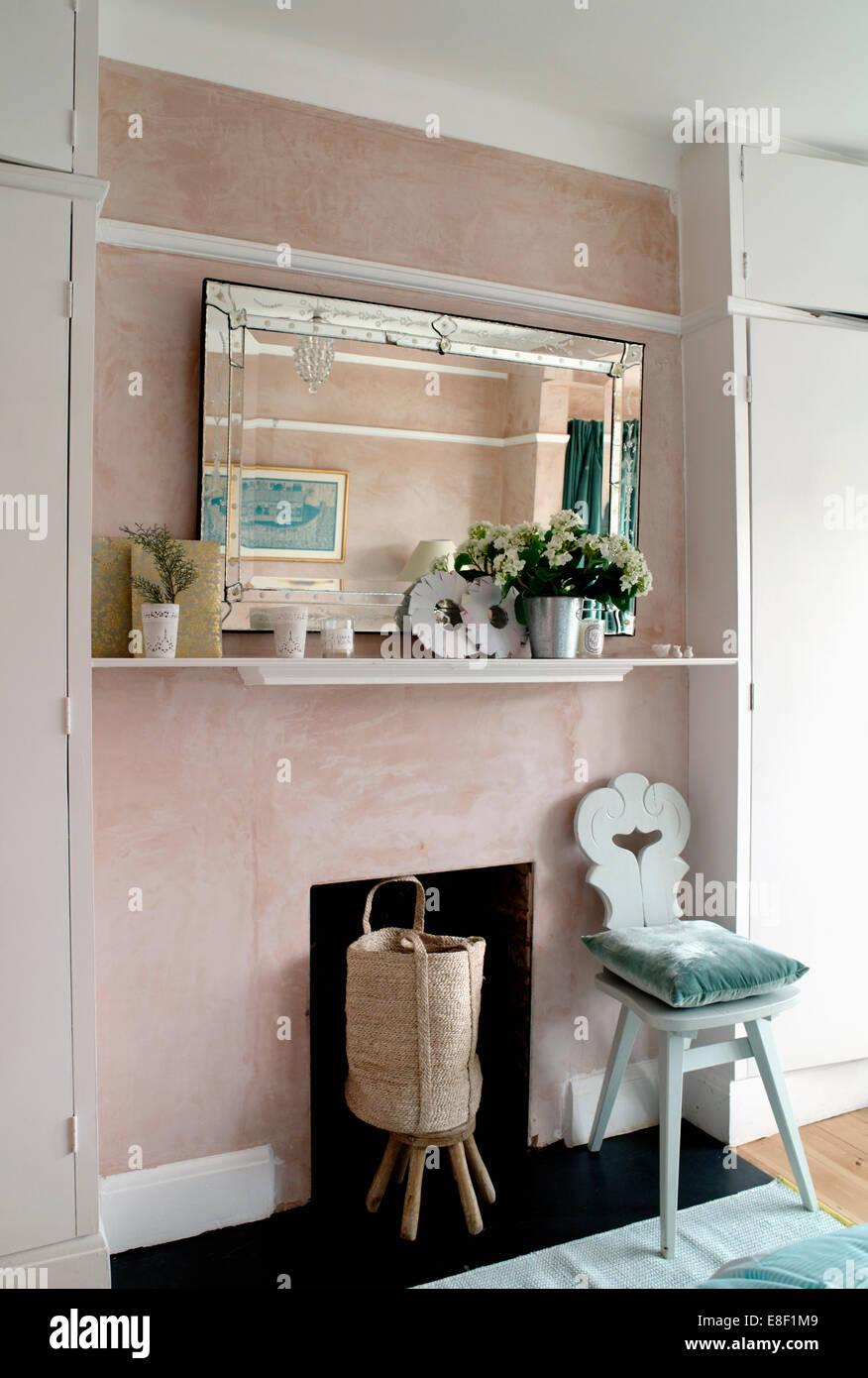 Glas gerahmt Spiegel auf Regal über die bemalten hölzernen Stuhl ...
