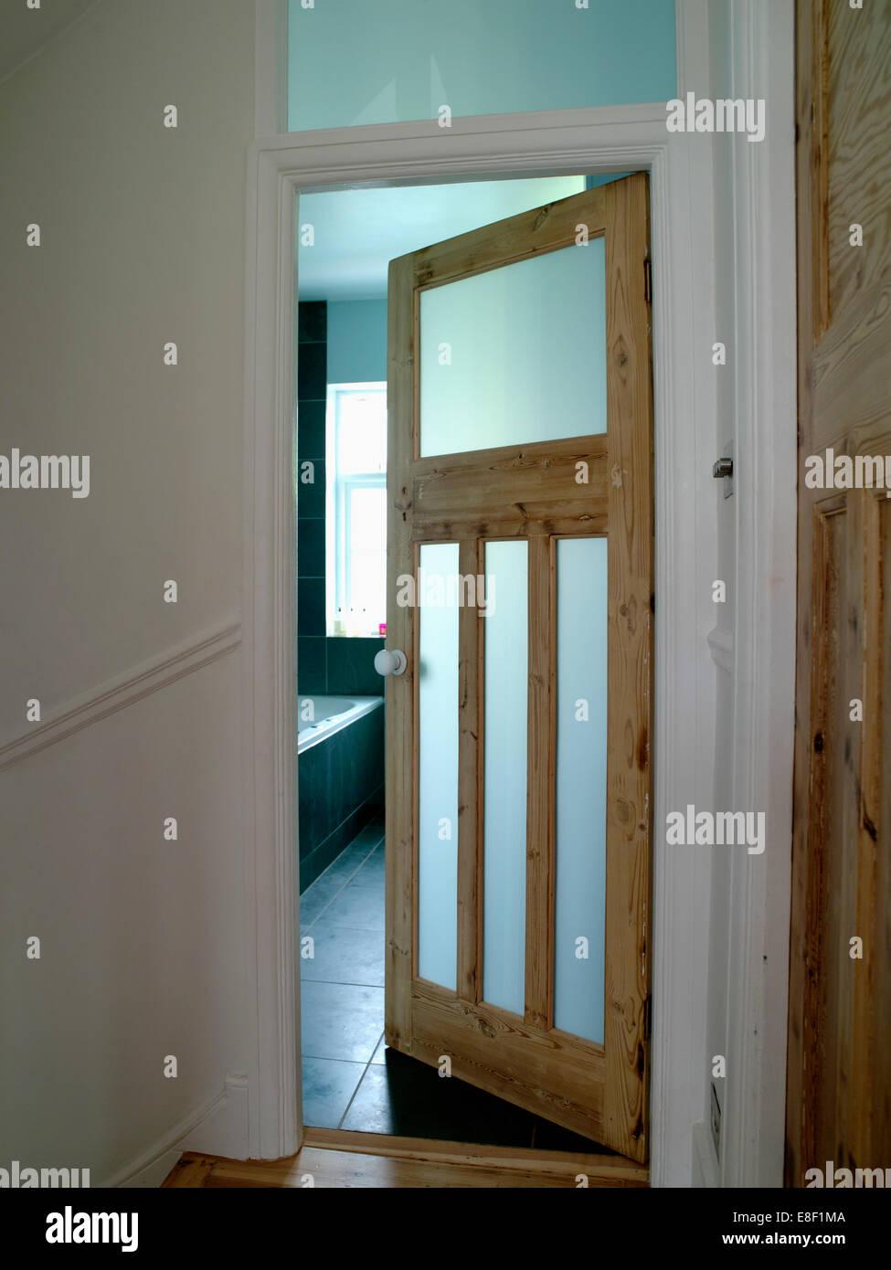 Stockfoto   Öffnen Der Dreißiger Jahre Stil Badezimmertür Mit  Undurchsichtigen Glasierten Platten