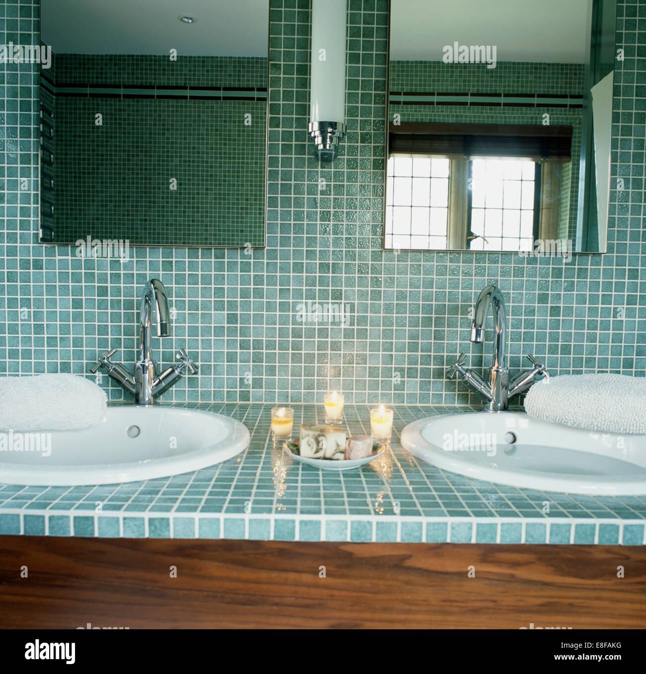 Nahaufnahme Von Spiegeln Und Türkis Mosaikfliesen über Kreisförmige Becken  Mit Chrom Armaturen Im Modernen Badezimmer