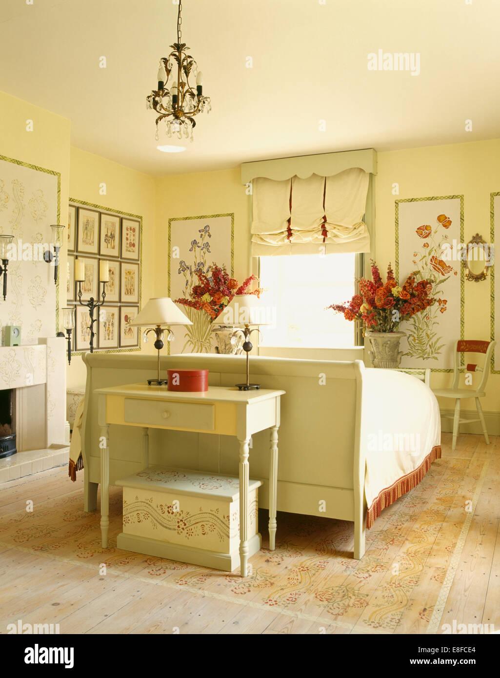 creme lackiert tisch und bett in land schlafzimmer mit perforierten