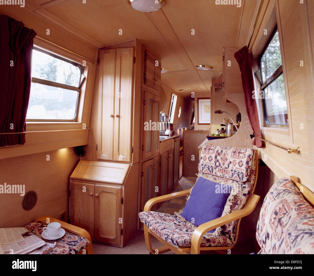 Holzrahmen Sessel im kompakten Wohnbereich im traditionellen ...