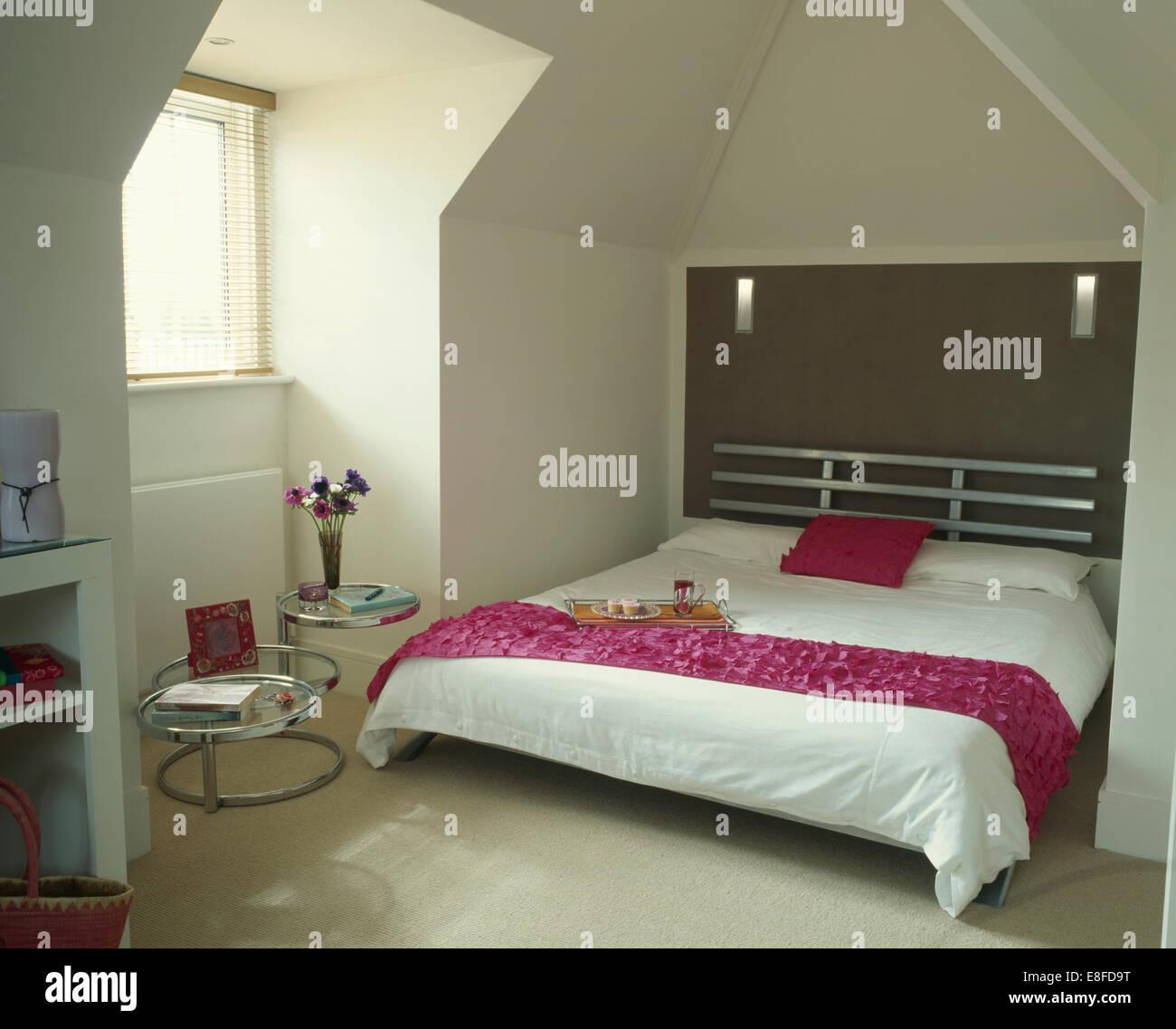 Rosa Werfen Und Kissen Auf Chrom Bett Mit Weissen Bettdecke In