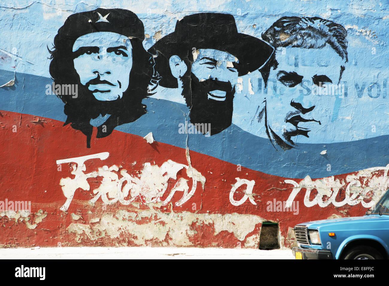 Kuba, Havanna, Auto parkte vor Wandbild Stockbild