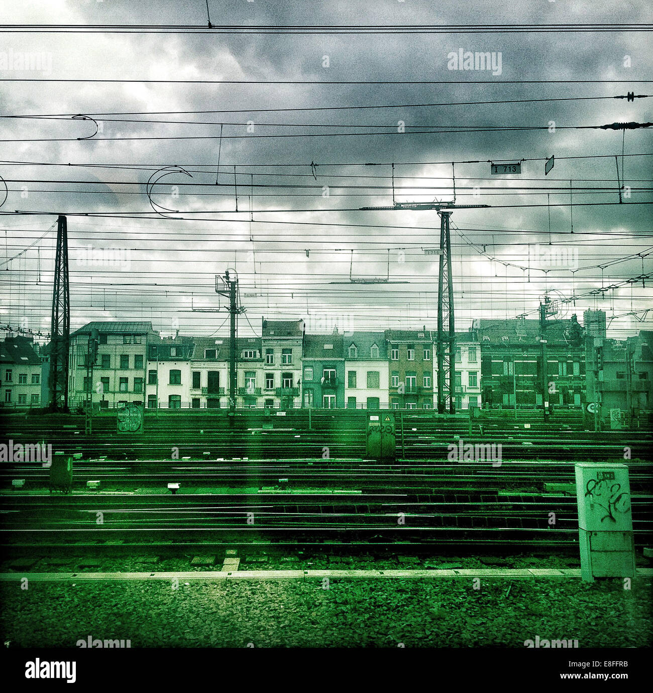 Eisenbahn durch Stadt Stockbild