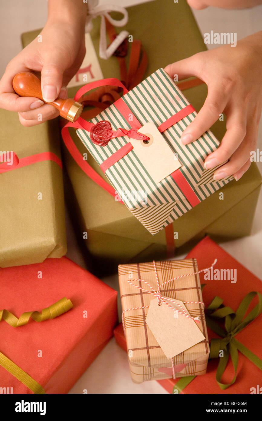 Nahaufnahme von Frau putting Wachs versiegeln auf Weihnachtsgeschenk ...