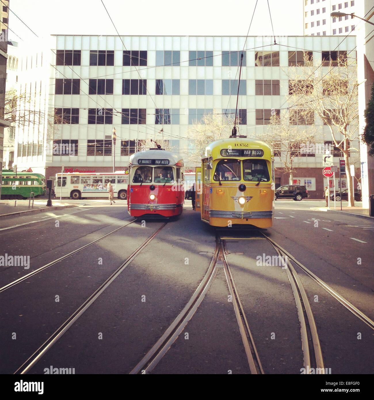 USA, Kalifornien, San Francisco, Muni Bus und F-Züge am Markt Stockbild