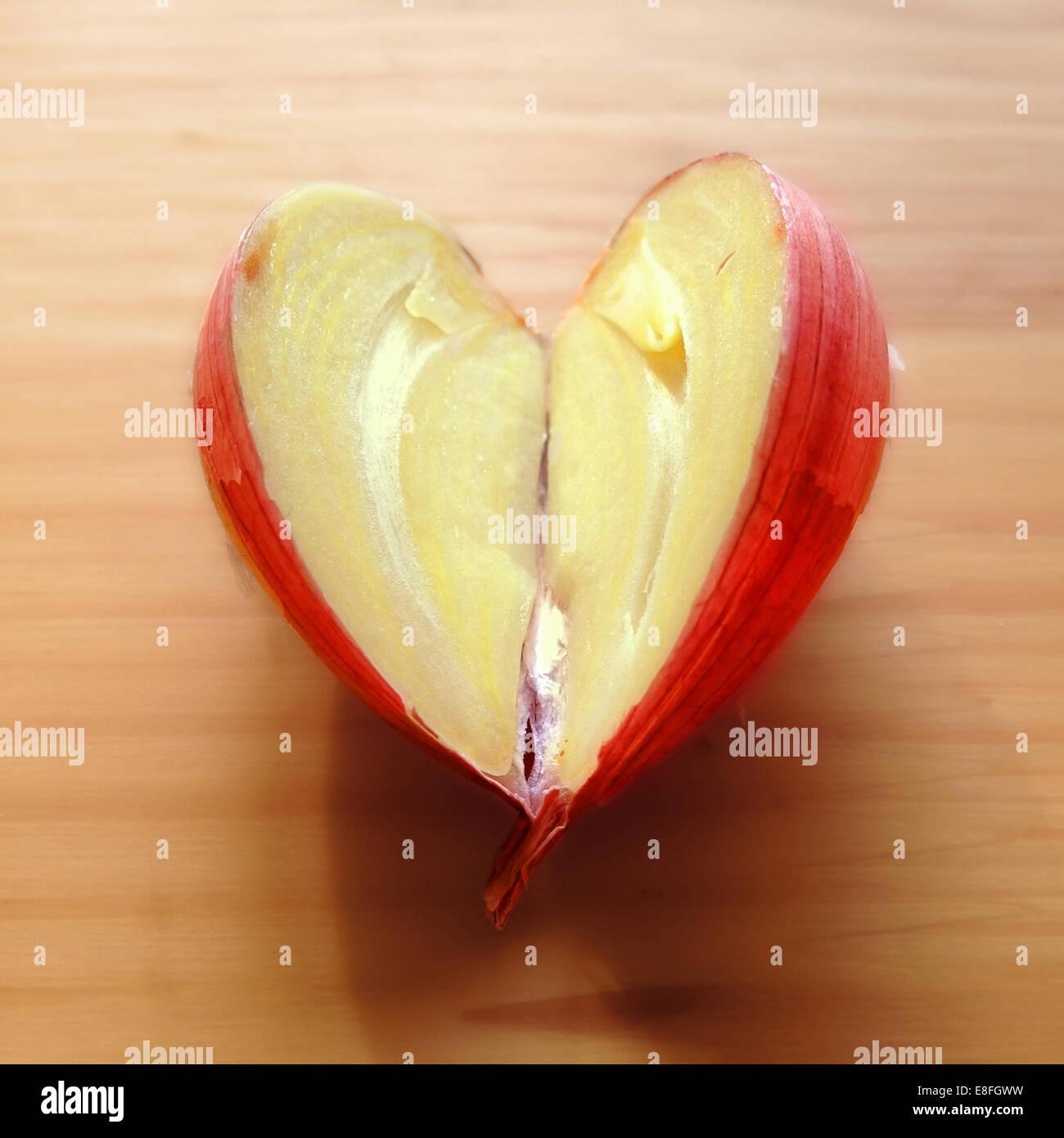 Herzförmige Knoblauchzehe halbieren Stockfoto