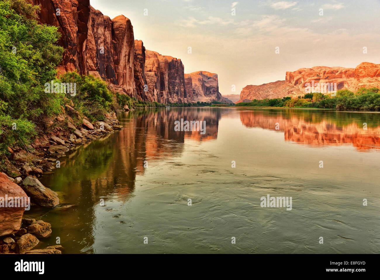 USA, Utah, roten Felsen reflektieren auf Colorado River in der Nähe von Moab Stockfoto