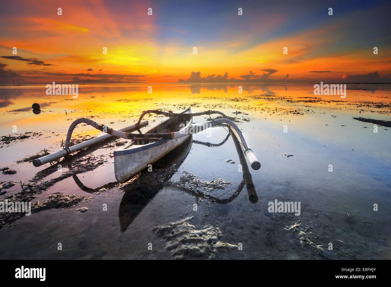 Indonesien, Bali, Boot auf flachen während des Sonnenuntergangs Stockbild
