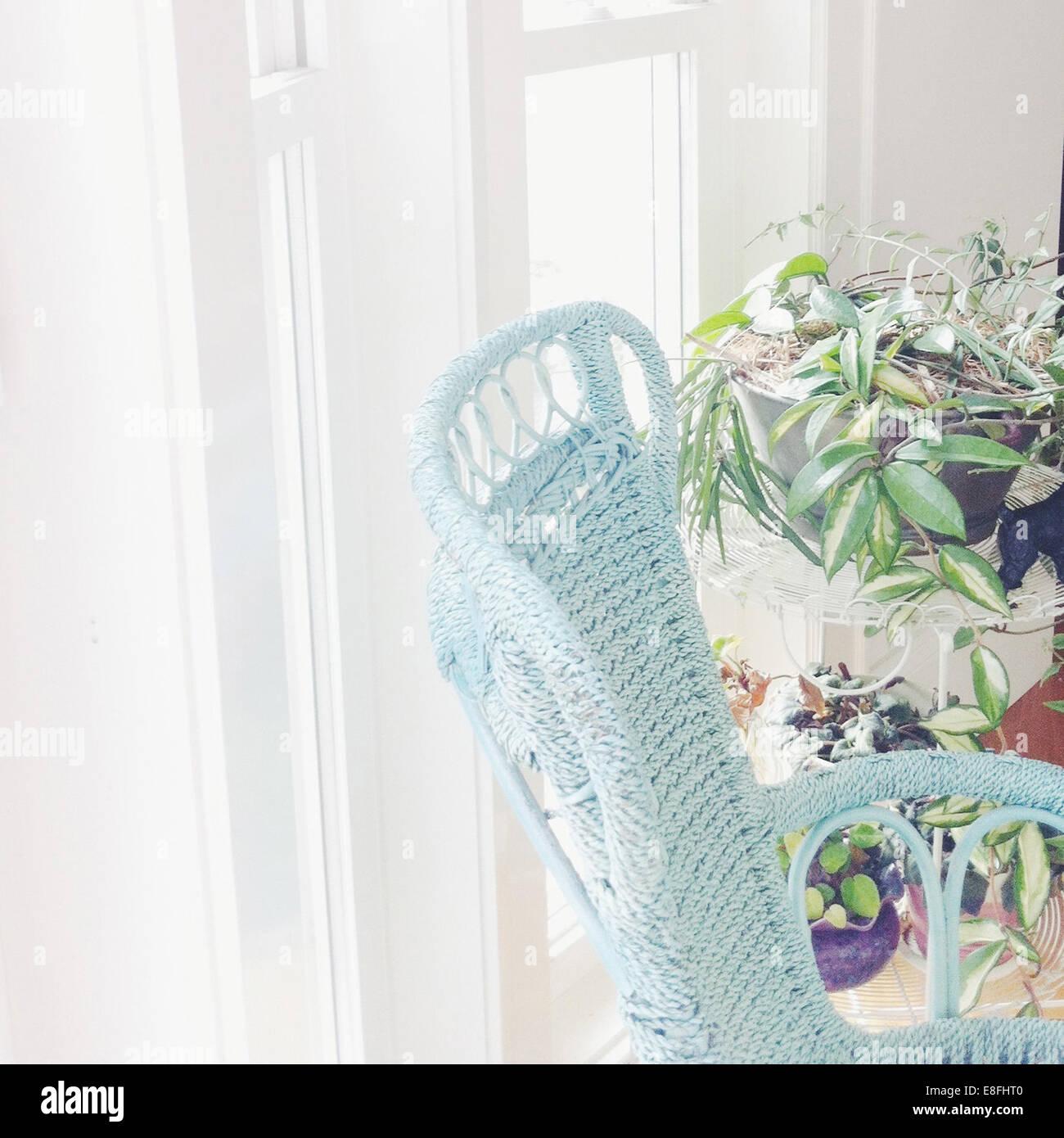 Lichtdurchfluteten Zimmer mit Stuhl und Pflanzen Stockbild