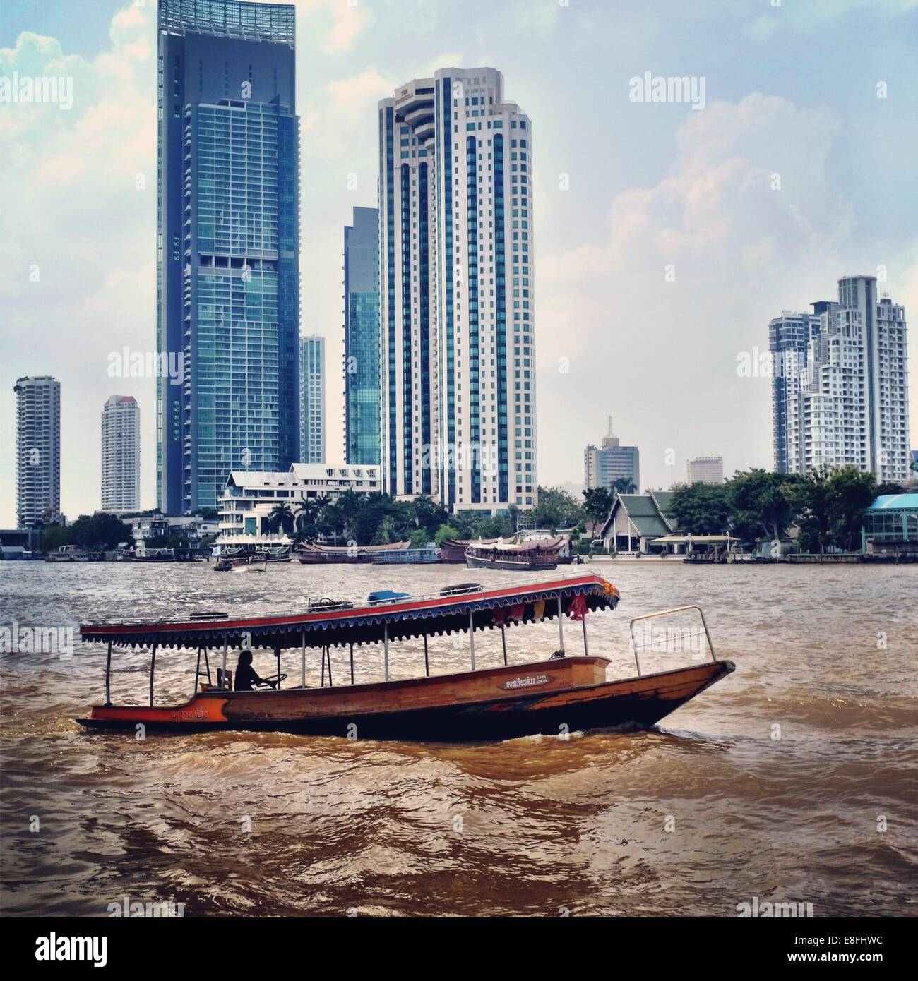 Thailand, Bangkok, Flussschiff und Stadtbild Stockbild