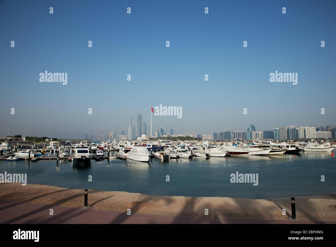 Vereinigte Arabische Emirate, Abu Dhabi Skyline mit Hafen im Vordergrund Stockbild