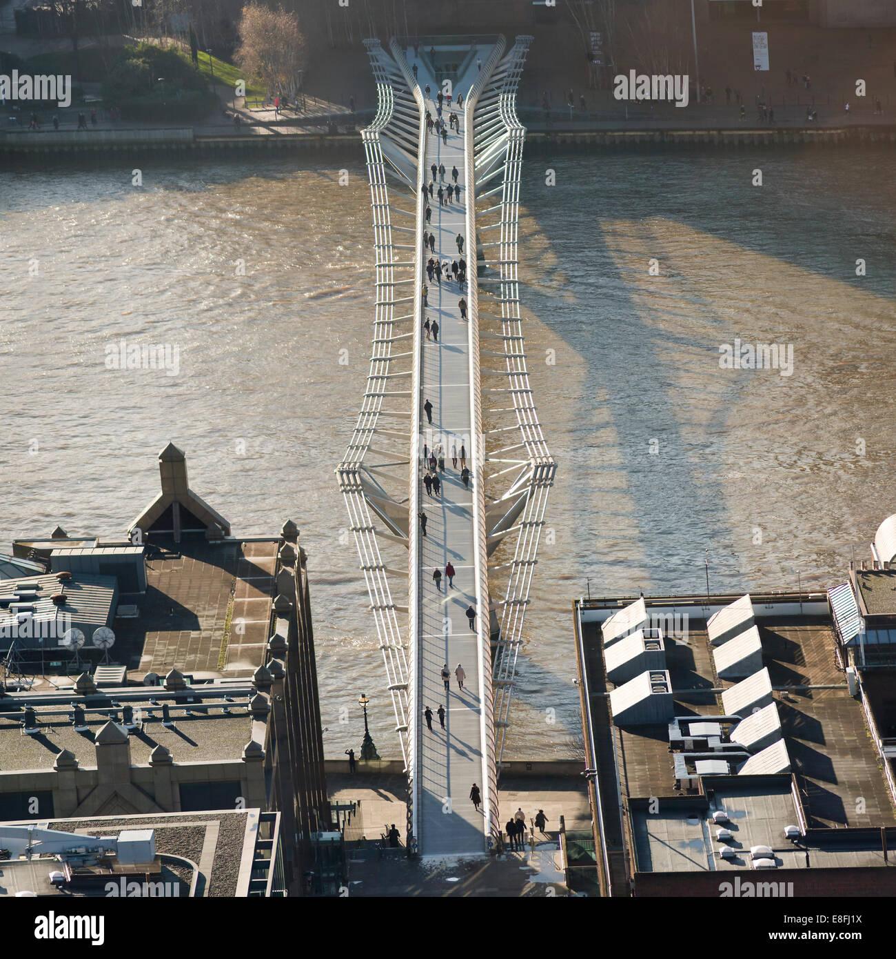 Luftaufnahme der Millennium Bridge, London, England, UK Stockbild