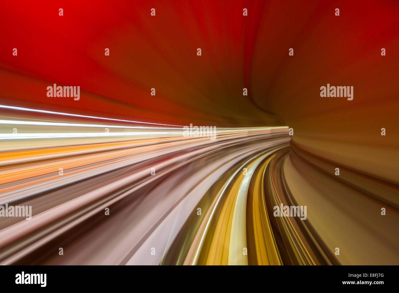 Zug durch Eisenbahntunnel Stockbild