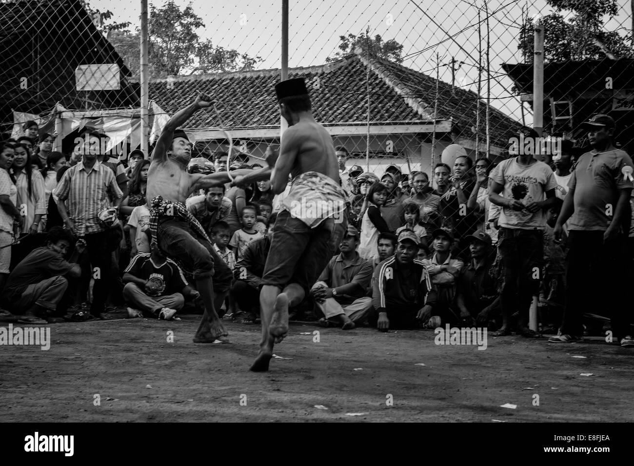 Indonesien, Dabasah, Bondowoso, Männer spielen OJUNG Stockbild