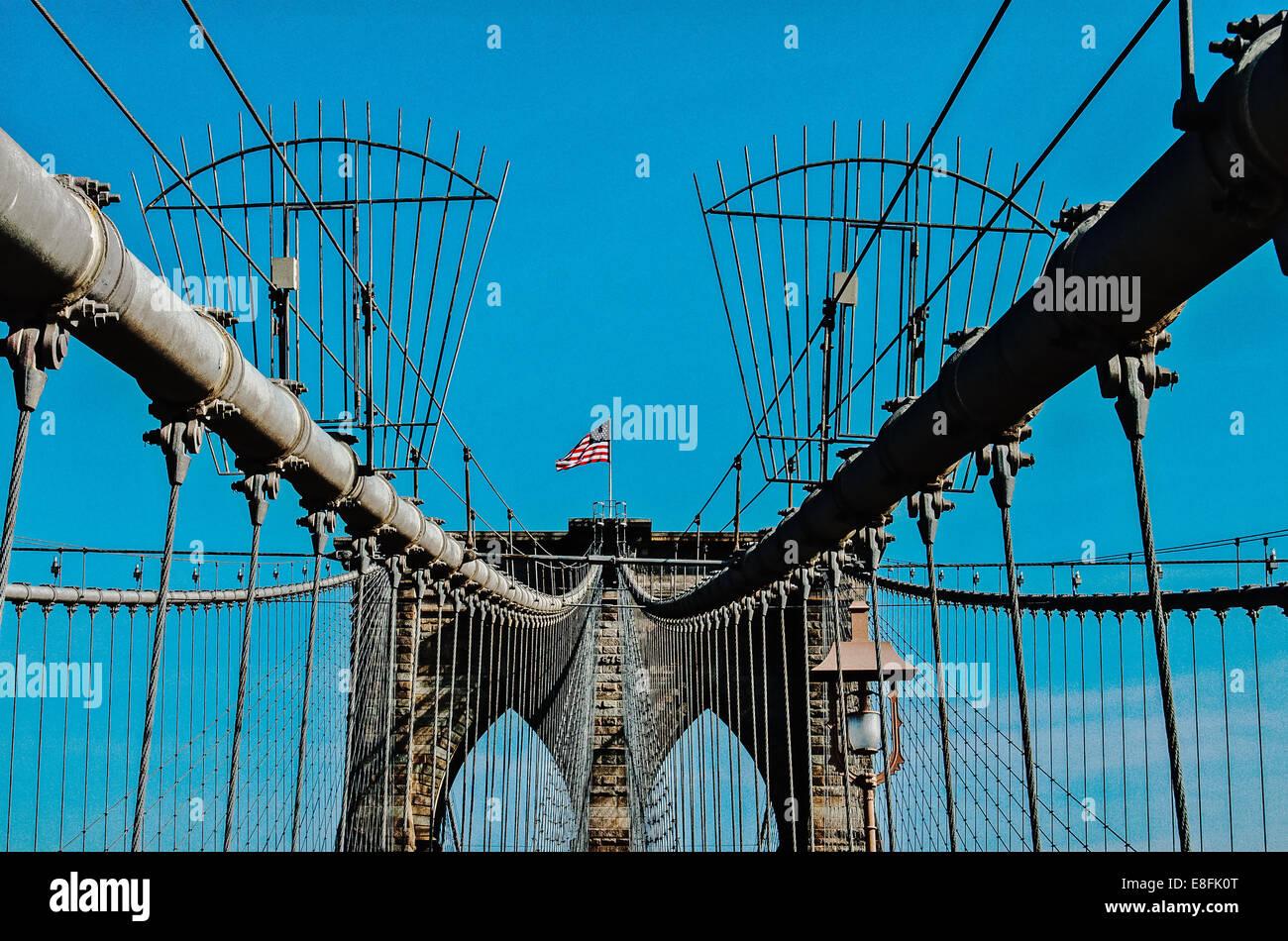 USA, New York State, New York City, Brooklyn Bridge mit Flagge Stockbild