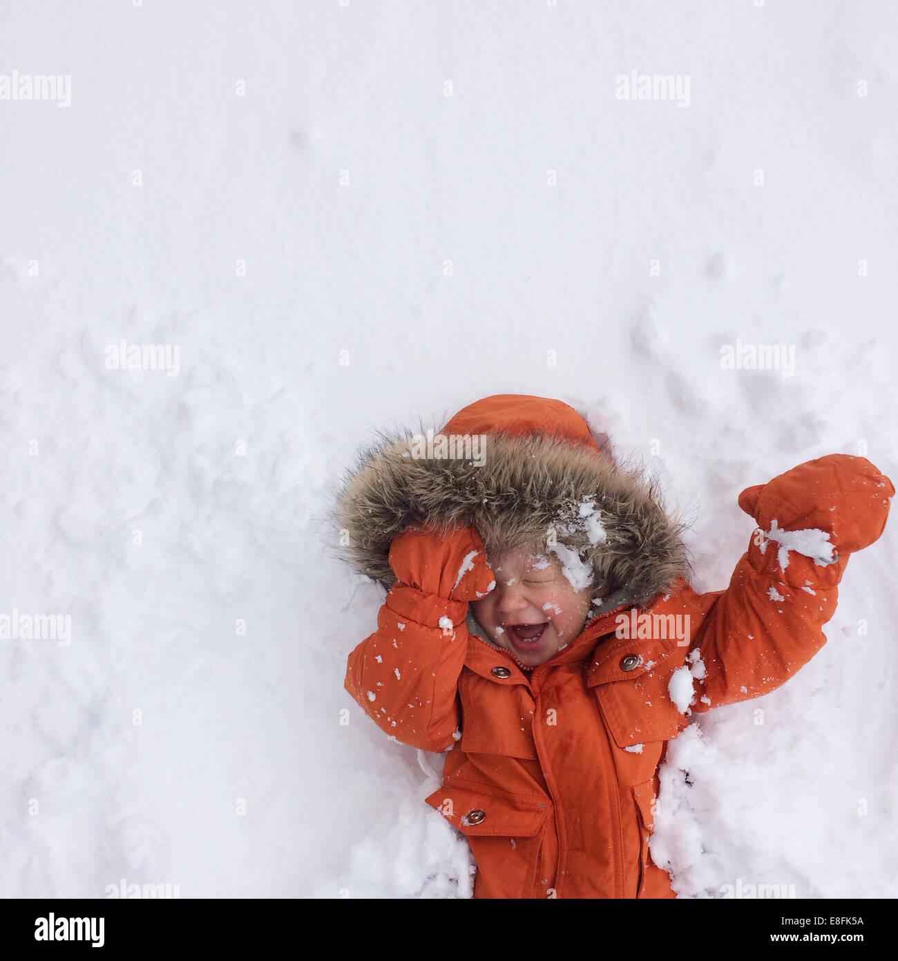 Jungen spielen im Schnee, Lake Tahoe, Kalifornien, Amerika, USA Stockbild