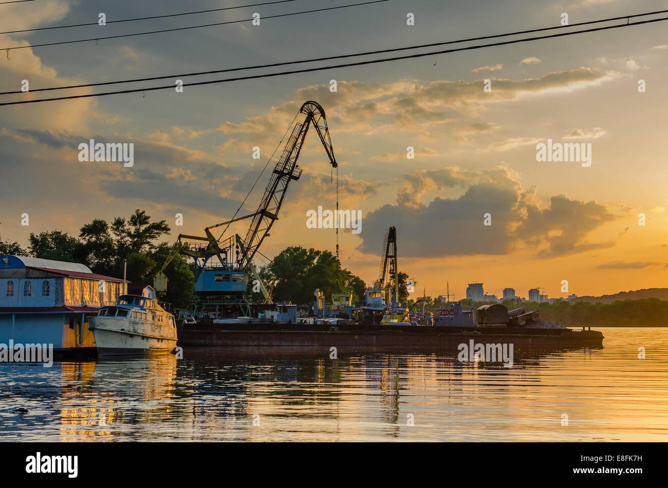 Ukraine, Kiew, alte Dock und Schiff Stockbild