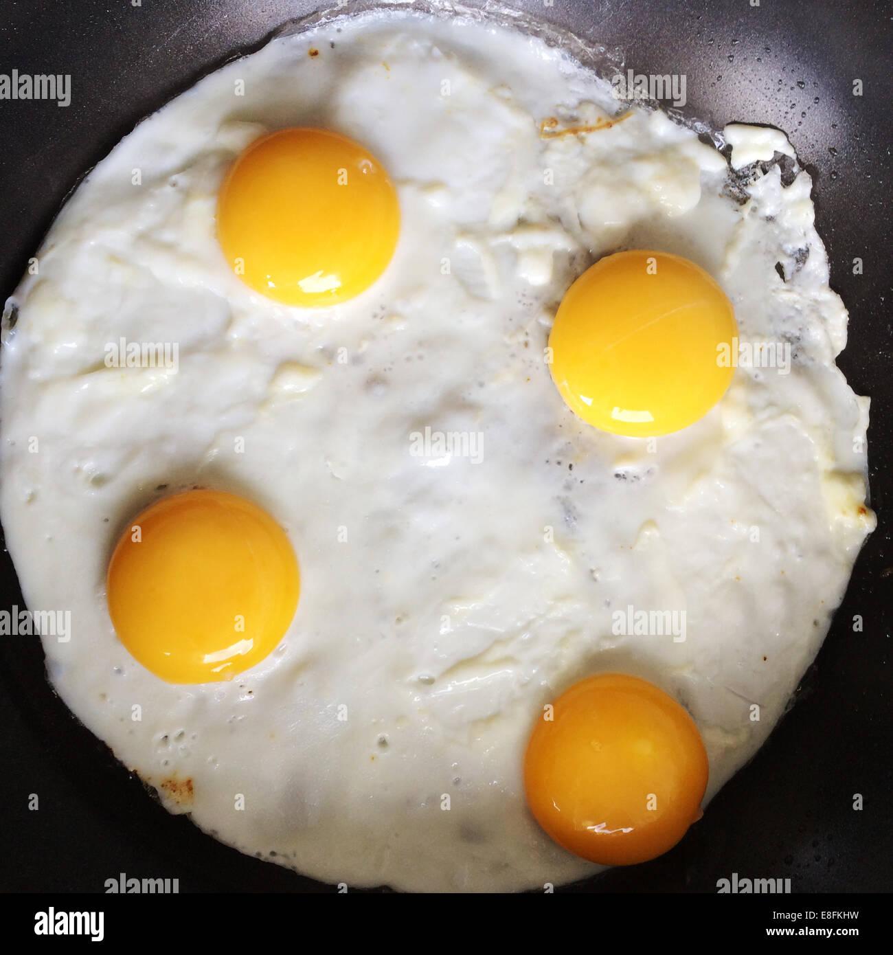 London, UK 4 Eiern In einer Pfanne braten Stockbild