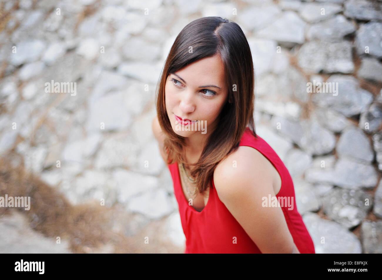Provence, Frankreich schöne Brünette Mädchen In rot gekleidet Stockbild