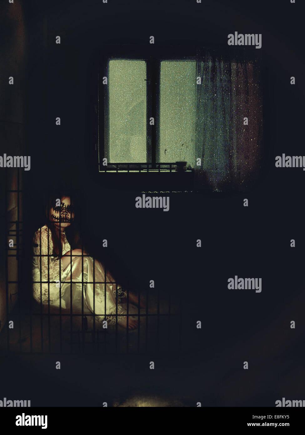 Beängstigend Kind im Käfig Stockbild