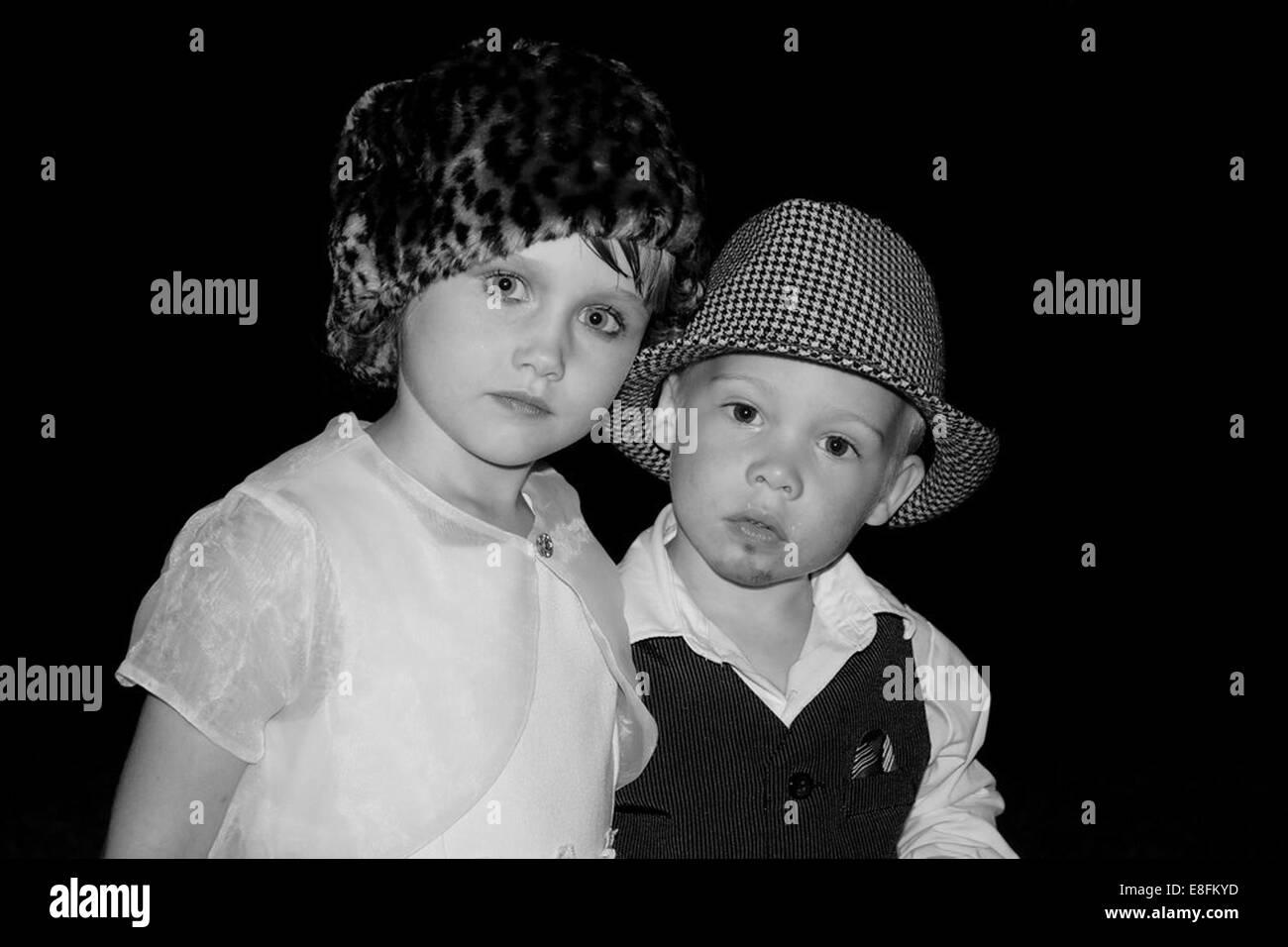 Jungen und Mädchen verkleidete sich als paar Stockbild